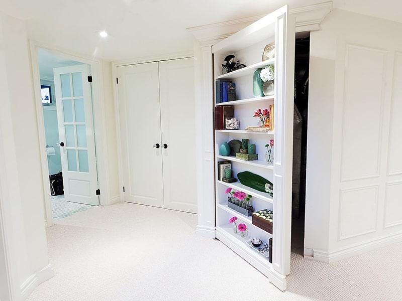 скрытая дверь оригинальный вариант в интерьере
